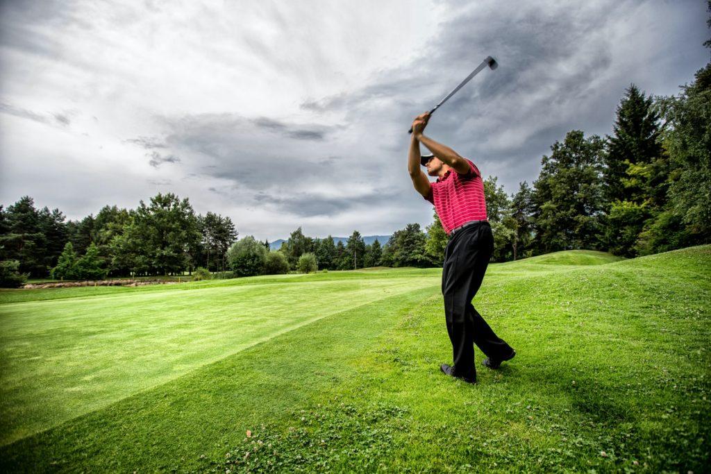 golf-men-aproach-shot